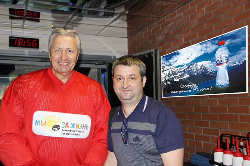 Andrey Mishurov with an outstanding Soviet hockey-player, senior coach of the Russian national team (1998—2000) Aleksandr Jakushev.