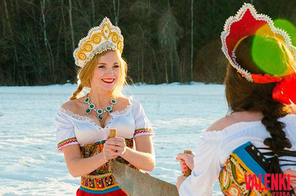 Русские красавицы, зима - пилят дрова. Специально для бренда VALENKI