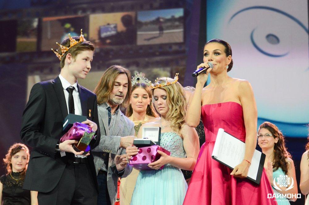 Nikas Safronov presents award at award