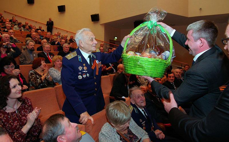 Денис Алдошин вручает подарок ко Дню Победы полковника Вилену Дмитриевичу Константинову