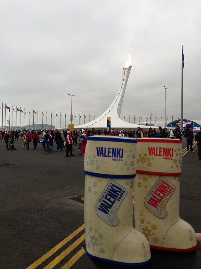 А вот и Олимпийский огонь. Фото на память с водка VALENKI!