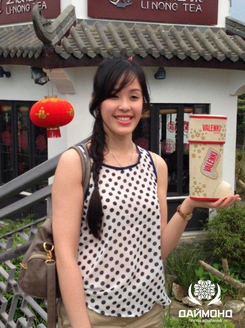 Китайская девушка с водкой VALENKI