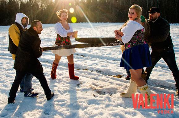 Девушки - русские красавицы пилят дрова - за сценой проекта VALENKI