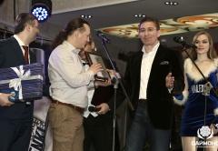 Андрей Мишуров и Заур Балагов торжественно вручают памятные подарки гостям мероприятия