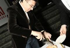Заур Балагов - президент холдинга Даймонд торжественно разрезает праздничный торт