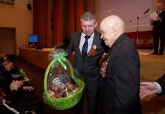 Денис Алдошин вручает подарок полковнику Евгению Васильевичу Малофееву