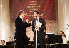 Заур Балагов - президент холдинга Даймонд награждает Бакыта Жакыпова - Приз зрительских симпатий и премия от холдинга «Даймонд»