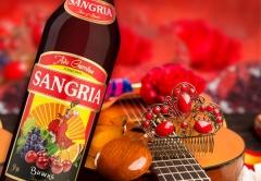Сангрия – выразительный напиток жгучей Испании – наоборот, поможет справиться со знойным накалом страстей и освежит в жаркие дни.