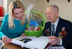 Холдинг Даймонд поздравил Юрия Аксенова с 70летием Великой Победы
