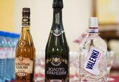 Празничные подарки и украшение стола от ГК Даймонд: водка VALENKI, шампанское Золото Франции, коньяк Золотые капли