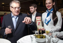 Владимир Жириновский дегустирует настоящий русский продукт -VALENKI